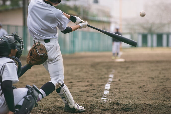 野球をしている少年