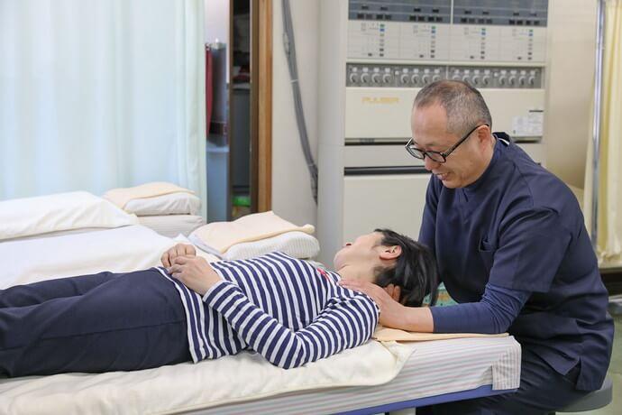 ワンヤ接骨院・鍼灸院の肩こりの施術の様子