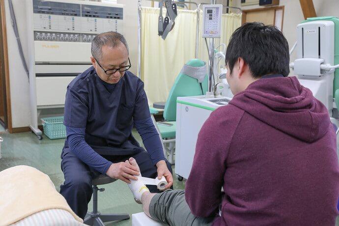 ワンヤ接骨院・鍼灸院の捻挫・打撲の施術の様子