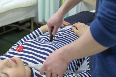 ワンヤ接骨院・鍼灸院の遠絡統合療法の様子