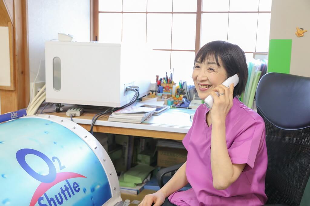 ワンヤ接骨院・鍼灸院の電話対応をしている様子