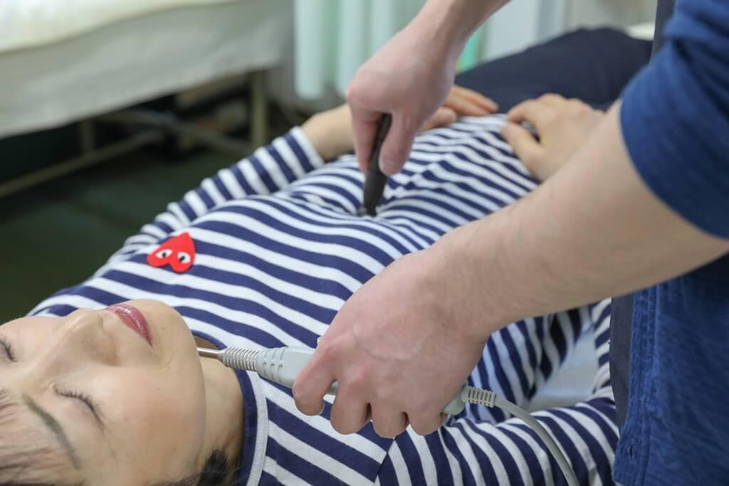 ワンヤ接骨院・鍼灸院の遠絡統合療法の施術の様子